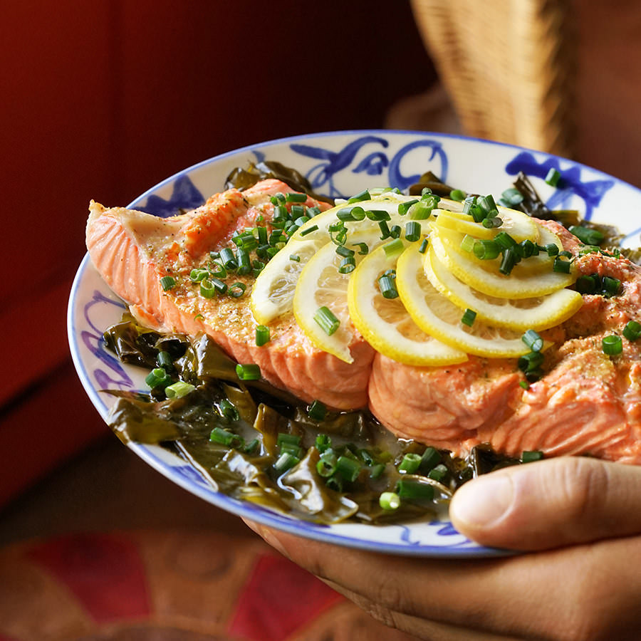 Salmon steamed with seaweed